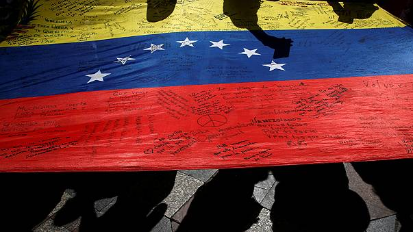 Venezuela: Präsident Maduro flieht vor wütenden Demonstranten