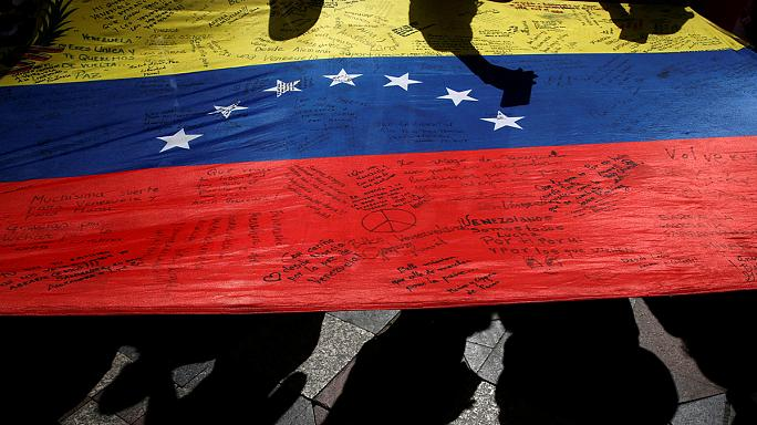 Dühös tömeg támadt a venezuelai elnökre