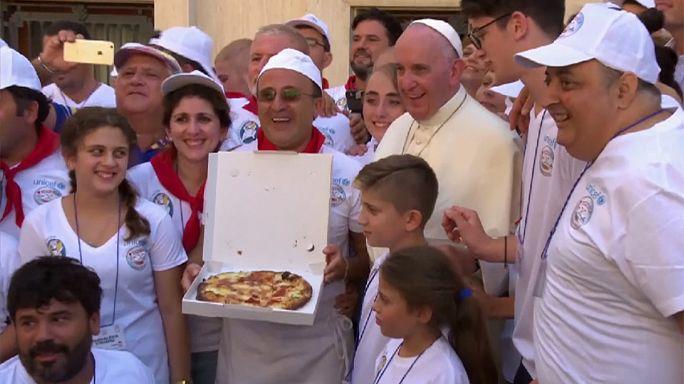 Hajléktalanok pizzáztak Ferenc pápával Teréz anya szentté avatása után