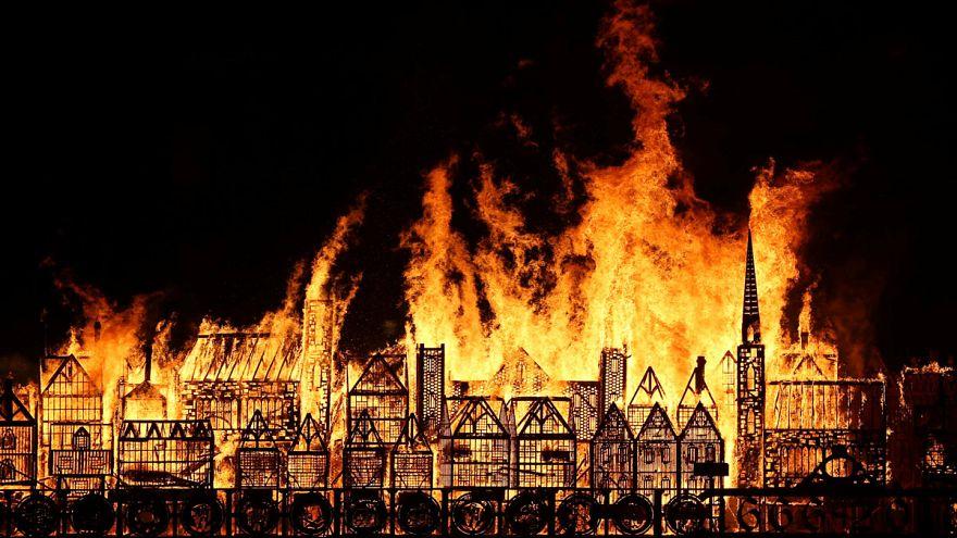 Model set ablaze to mark Great Fire of London
