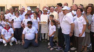 Папа римский раздает пиццу страждущим