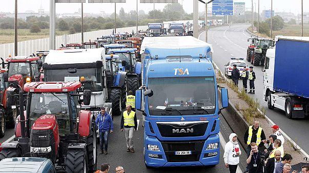 Francia: proteste anti migranti a Calais, col trattore in tangenziale