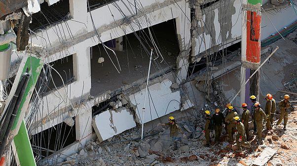 Négyen rekedtek egy összedől autóparkoló romjai alatt Izraelben