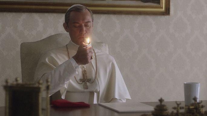 Mostra: Jude Law als rauchender Papst