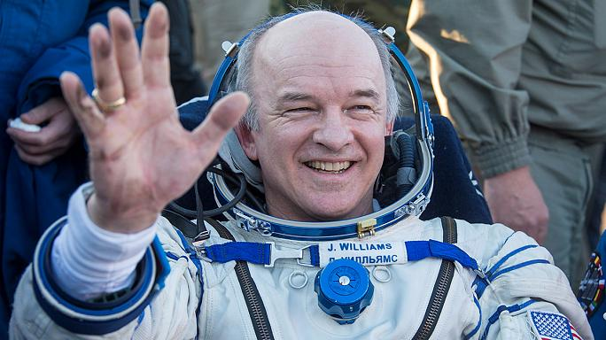 """هبوط كبسولة الفضاء """"سويوز"""" في كازخستان وعلى متنها 3 رواد فضاء"""