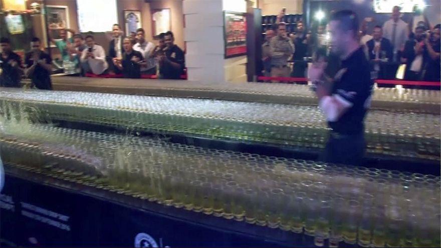 رقم قياسي في دبي لسقوط كؤوس على شاكلة قطع الدومينو