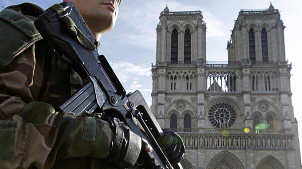 Francia: bombole di gas trovate in auto vicino Notre-Dame di Parigi, due arresti