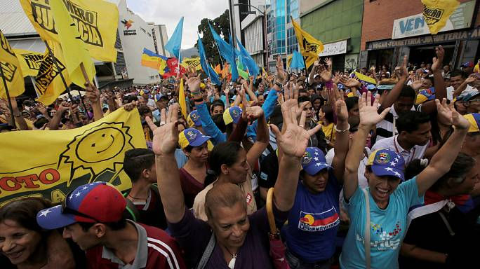 Venezuela: rival rallies face off over Maduro's future