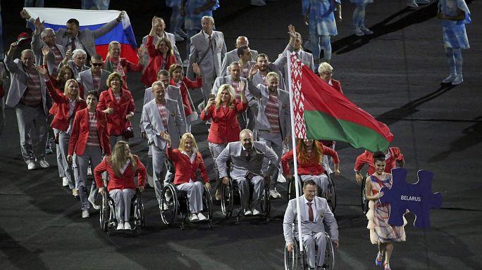 Paralympics: Weißrussischer Sportler trägt aus Protest russische Flagge ins Stadion
