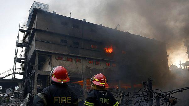 Al menos 20 muertos y decenas de heridos al incendiarse una fábrica de embalajes en Bangladés