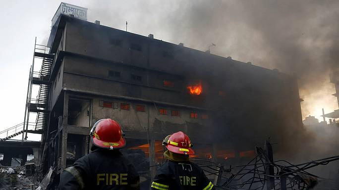 21 قتيلا على الأقل بحريق داخل مصنع في بنغلادش