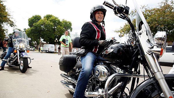 Belgium: motoros kísérettel ment iskolába egy fiatal lány