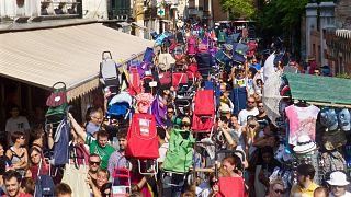Mit dem Einkaufswagen gegen Massentourismus: Protest in Venedig
