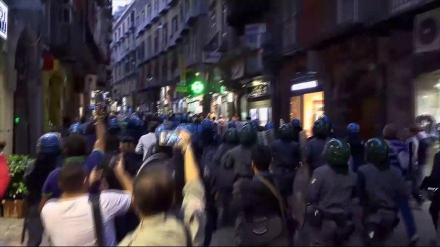 Renzi contestato a Napoli, scontri in centro tra manifestanti e polizia
