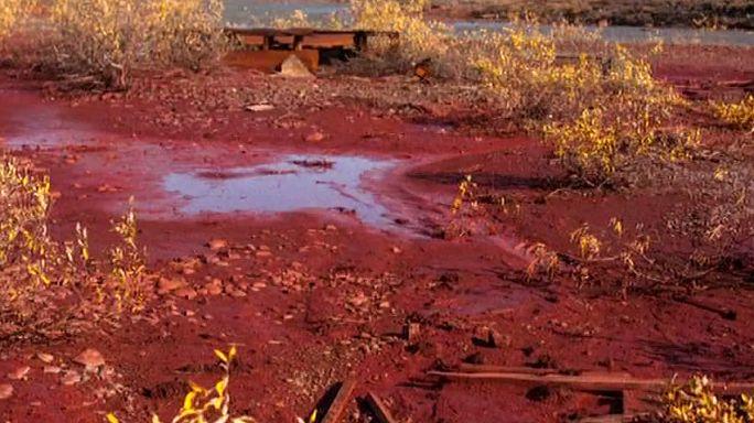مصنع تعدين وراء إحمرار نهر في سيبيريا