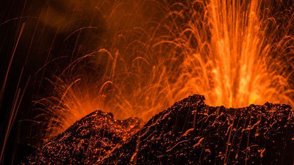 Lávát köp egy vulkán Réunion szigetén