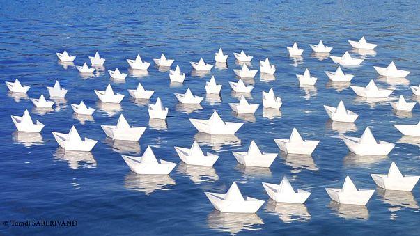 دو هزار قایق کاغذی به یاد قربانیان جنگ سوریه به دریا انداخته شدند