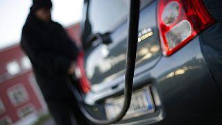 Petróleo em queda depois de previsões sobre excesso de oferta