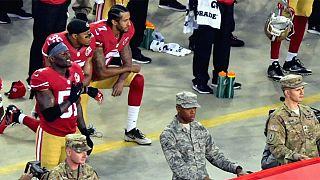 Kaepernick se niega a ponerse de pie durante el himno de EEUU