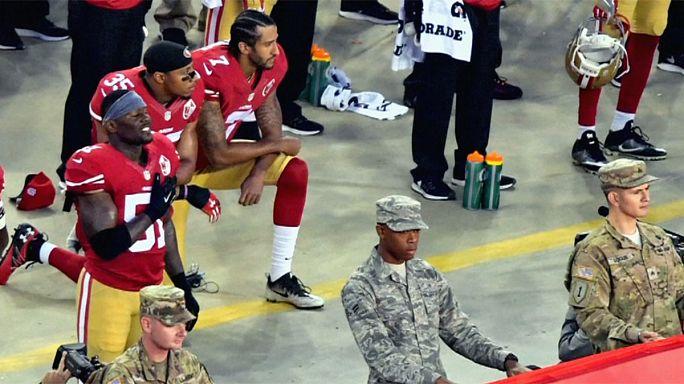 كرة القدم الأمريكية: كولين كايبيرنيك يرفض الوقوف أثناءعزف النشيدالأمريكي احتجاجا ضد العنصرية