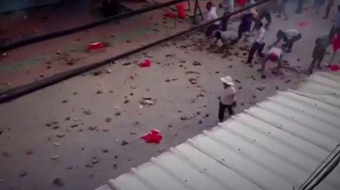 Çinli köylüler seçilmiş liderleri için polisle çatıştı