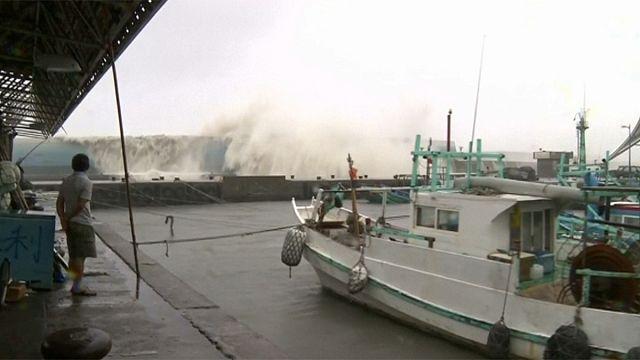 Мощный тайфун обрушился на Тайвань