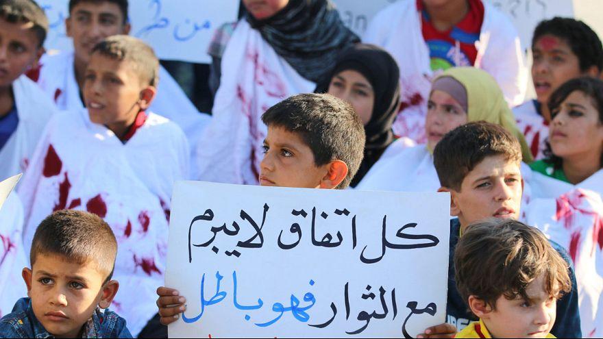 Miles de sirios continúan esperando la llegada de ayuda humanitaria