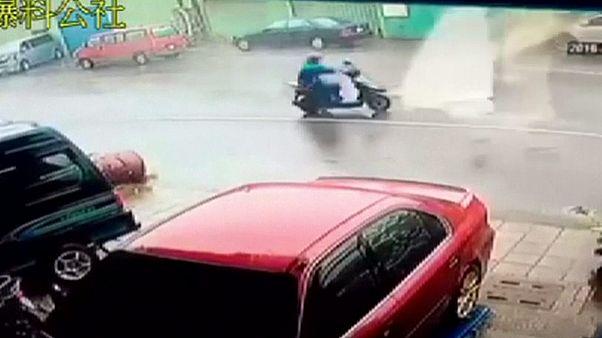 Taiwán: los peligros de circular en moto en medio de un ciclón