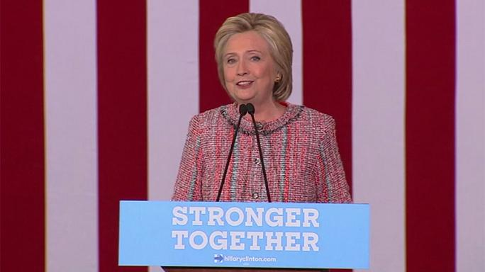 كلينتون تستأنف حملاتها الانتخابية وتصف ترامب بالشخصية الاستعراضية