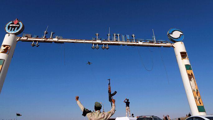 Líbia: a rivális kormányok harca közben újraindult az olajexport