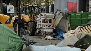 انتقال مهاجران غیرقانونی از پاریس به اقامتگاههای موقت