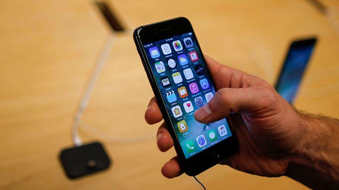 Samsung patlayan telefonlarıyla meşgul, iPhone 7 için Apple Store'larda kuyruk