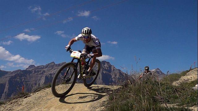 """فوز الثنائي السويسري في مسابقة """"سويس إيبيك"""" للدراجات الجبلية"""