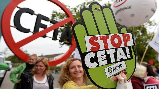 Вкратце из Брюсселя: протесты против торгового соглашения с США,последний британский комиссар ЕС