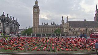 Λονδίνο: Σωσίβια από πρόσφυγες μπροστά στο Κοινοβούλιο