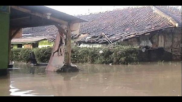 Inundaciones en Indonesia dejan al menos 26 muertos