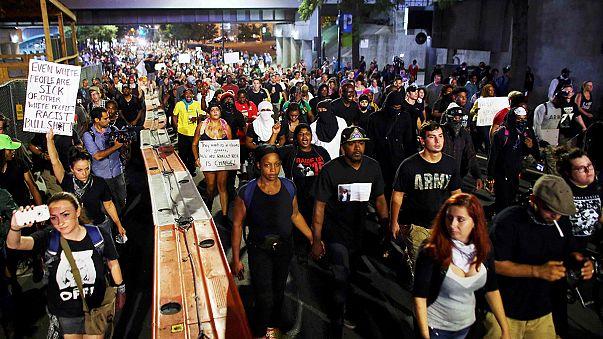 США: протесты в Шарлотт во время комендантского часа