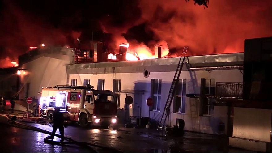 Mueren ocho bomberos en un gran incendio en Moscú