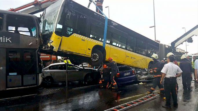 [شاهد] راكب يضرب سائق حافلة في اسطنبول ويوقع 11 جريحاً