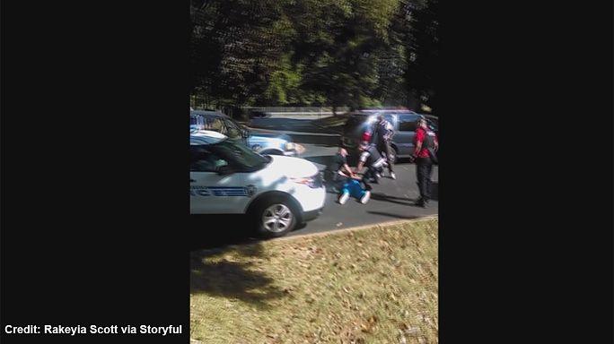 """""""Non sparate, non è armato"""": grida alla polizia la moglie di Scott. Il video dell'uccisione a Charlotte"""
