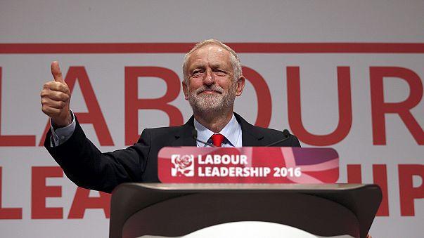 Le leader du parti travailliste britannique, Jeremy Corbyn, réélu triomphalement