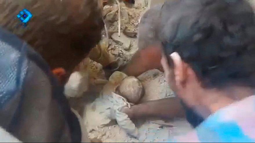 انتشال رضيع وطفلة من تحت الأنقاض في حلب