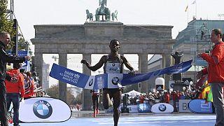 Bekele remporte le marathon de Berlin et frôle le record du monde