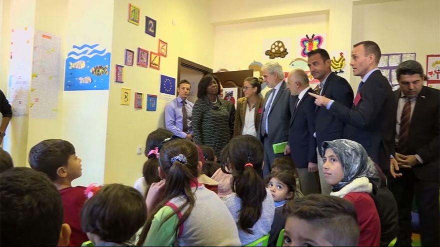 EU gibt Geldkarten an Flüchtlinge in der Türkei aus