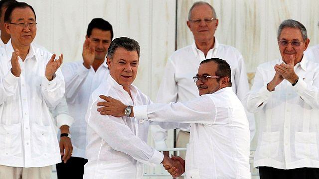 Колумбия: соглашение об окончании войны подписали ручками из патронов
