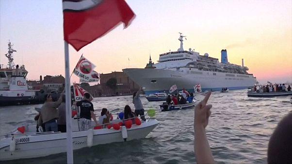 اعتراض اهالی ونیز به حضور کشتی های تفریحی