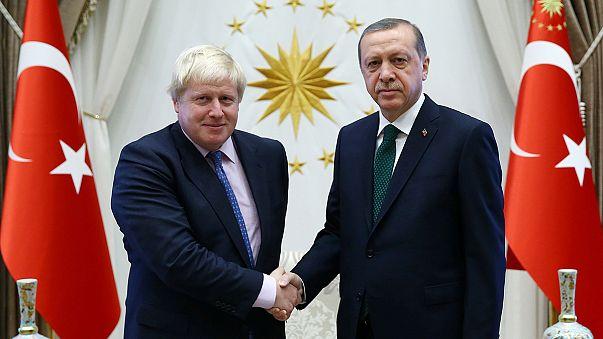 En visite officielle en Turquie, Boris Johnson tente de déminer le terrain