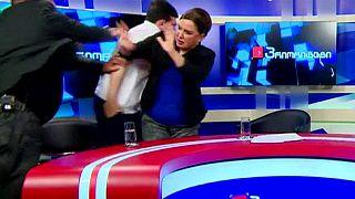 على المباشر...استوديو تلفزيوني يتحول إلى حلبة ملاكمة