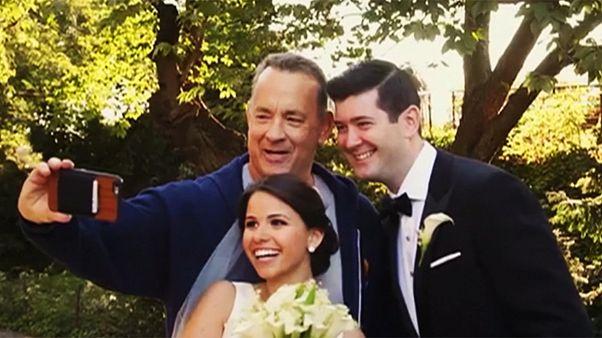 سيلفي توم هانكس مع العروسين