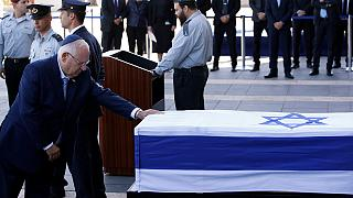 I leader israeliani salutano Shimon Peres